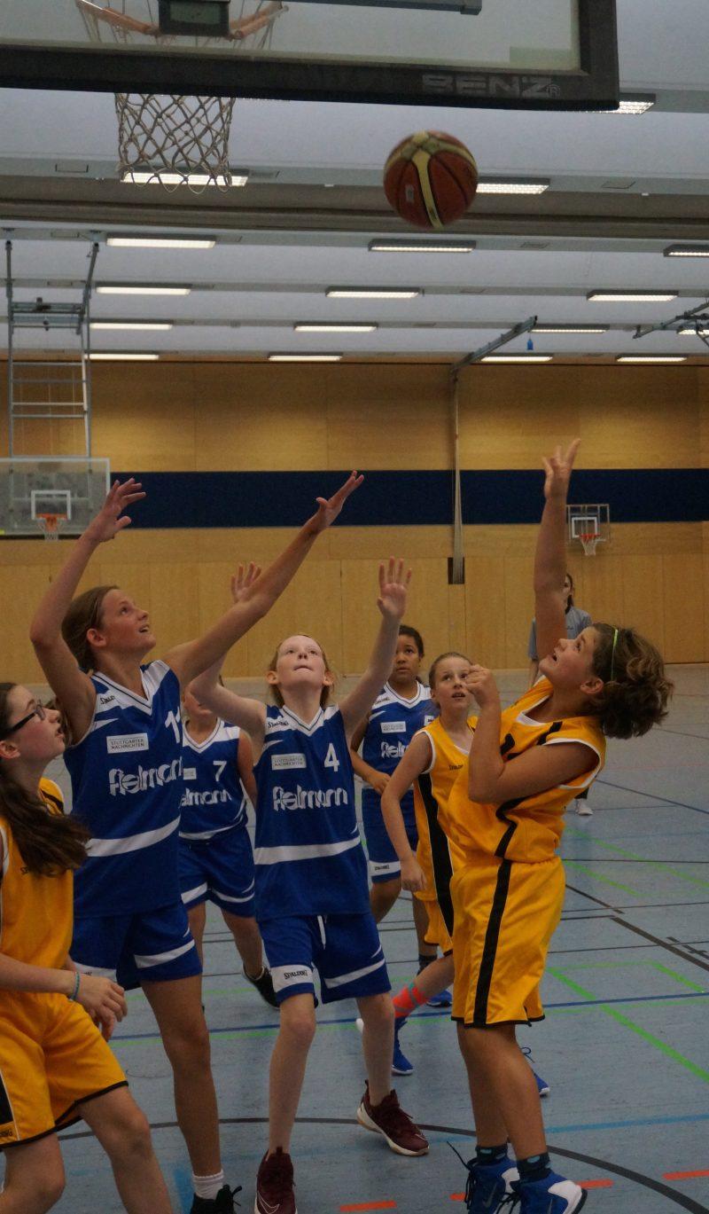 Anna Knuth (rechts außen) beim Wurf und Naomi Lamisse (links außen) Rebound-bereit.